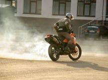 Buzuluk, Russie - 4 octobre 2010 : Dérive sur une moto ara Photos libres de droits