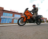 Buzuluk, Russie - 6 octobre 2010 : un cycliste inconnu d'homme monte a Images libres de droits
