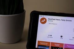 BuzzFeed: Die Nachrichten, geschmackvoll, befragen Entwickler-Anwendung auf Smartphone-Schirm BuzzFeed ist lizenzfreie stockfotos