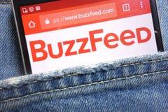 BuzzFeed-Website, die auf dem Smartphone versteckt wird in den Jeans angezeigt wird, stecken ein stockbilder