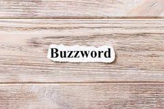 Buzzword da palavra no papel Conceito Palavras da buzzword em um fundo de madeira foto de stock