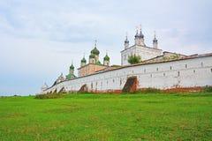 Bóvedas de iglesias del monasterio de Goritsky de Dormition en Pereslavl-Zalessky, Rusia Imagenes de archivo