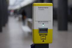 BVG/公共交通票邮票自动售卖机在地铁车站 库存图片
