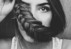 BW与а辫子的女孩画象在她的面孔 库存图片