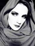 bw围巾佩带的妇女 免版税库存图片