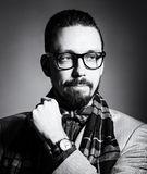 Портрет BW красивого стильного молодого человека Стоковые Фотографии RF