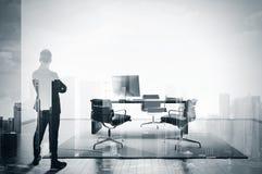BW dwoisty ujawnienie biznesmen w współczesnym biurze Obrazy Royalty Free