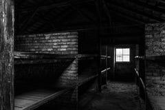 BW-Foto von Schlafenvierteln mit den hölzernen Etagenbetten, die Gefangenen schreckliche Lebensbedingungen an der Nazi zeigen stockfoto