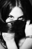 Bw-Portrait des Mädchenverpackungshaares um Ihren Kopf Stockfoto