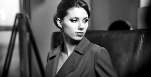 Bw-Portrait einer jungen Geschäftsfrau stockfotos