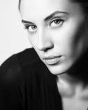 BW portret van aantrekkelijk donkerbruin meisje stock afbeelding