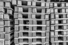 BW se cierra encima de pilas de plataforma en área comercial Fotos de archivo libres de regalías