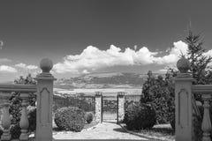 BW-Tür zu den Wolken Lizenzfreies Stockbild