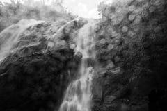 BW vattenfall med Bokeh Royaltyfri Foto