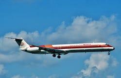 BWIA Δυτικές Ινδίες περιορισμένος ο εναέριοι διάδρομοι McDonnell Douglas MD-82 που προσγειώνεται στο λιμένα - - Ισπανία, ΤΡΙΝΙΔΆΔ στοκ φωτογραφία με δικαίωμα ελεύθερης χρήσης
