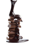 być czekoladą odizolowywającym na kawałkach nalewających syrop Zdjęcie Stock