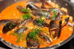 być mussels smażącym niecką Fotografia Royalty Free