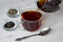 być polanym filiżanki herbatą Fotografia Royalty Free