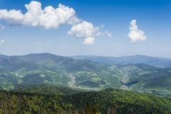 Byar som lokaliseras i dalarna Panorama av de Gorce bergen Royaltyfri Bild