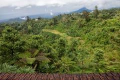 Byar som placeras i caldera av den gamla jätte- vulkan Royaltyfri Bild