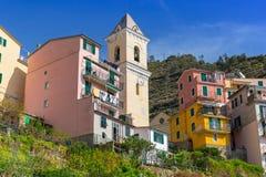 Byarkitektur av Manarola på kust för Ligurian hav Arkivbild