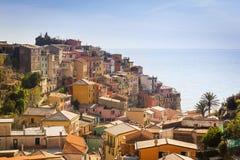 Byarkitektur av Manarola på kust för Ligurian hav Arkivfoto
