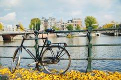 Bycicle停放了在桥梁 免版税库存图片