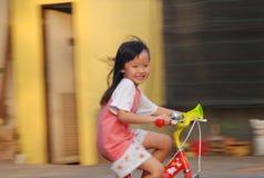 Bycicle катания маленькой девочки Стоковые Фотографии RF