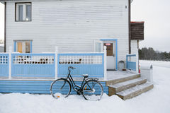 Bycicle außerhalb der Schneestraße in Inari, Lappland, Finnland Stockbilder