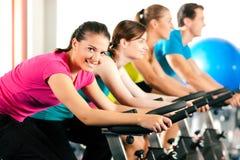 Bycicle d'intérieur faisant un cycle en gymnastique Photo stock