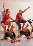 Bycicle d'intérieur faisant un cycle en gymnastique Photographie stock