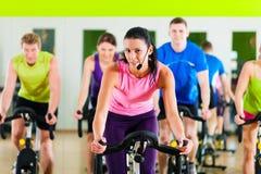 Bycicle de interior que completa un ciclo en gimnasia Imagen de archivo libre de regalías