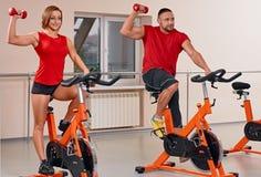 Bycicle de interior que completa un ciclo en gimnasia Foto de archivo