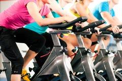 Bycicle dell'interno che cicla in ginnastica Immagine Stock Libera da Diritti