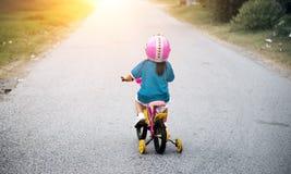 bycicle di guida della bambina sulla via Immagini Stock Libere da Diritti