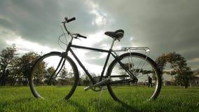 Bycicle en un parque metrajes