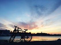 bycicle et un coucher du soleil Photo libre de droits