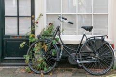 Bycicle i kwiaty na housefront Fotografia Stock