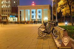 Bycicle municipal que parquea cerca de la estación de metro Sportivnaya en Moscú Fotos de archivo libres de regalías