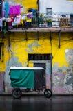 Bycicle och sjaskiga byggnader i gammala Havana Arkivbilder