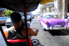 Bycicle taxi på gatan av havannacigarren Arkivbilder
