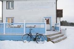 Bycicle utanför snowvägen i Inari, Lapland, Finland Arkivbilder