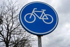 Bycicle-Zeichen, das in einem Dorf steht Lizenzfreie Stockfotos