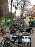 Bycicles在街道停放了在艾恩德霍芬0606 免版税库存照片