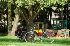 bycicles σταθμευμένος Στοκ εικόνα με δικαίωμα ελεύθερης χρήσης