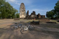 Bycicles στο Wat Phrapai Luang στο ιστορικό πάρκο Sukhothai στοκ φωτογραφία