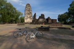 Bycicles chez Wat Phrapai Luang en parc historique de Sukhothai photographie stock