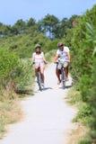 Bycicles d'équitation de famille un jour chaud d'été Photo stock