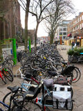 Bycicles in de straat in Eindhoven 0606 wordt geparkeerd die Royalty-vrije Stock Foto