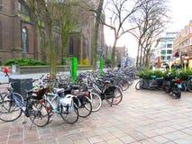 Bycicles in de straat in Eindhoven 0608 wordt geparkeerd die Stock Foto's